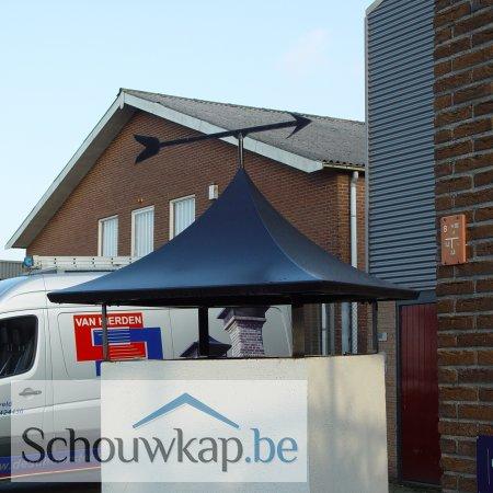 Getoogde schoorsteenkap met een windwijzer pijl