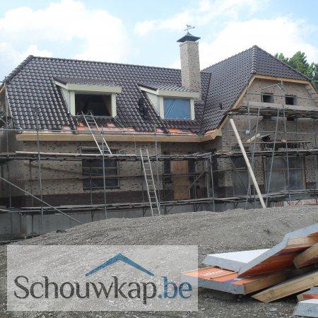 Getoogde schoorsteenkap met een windwijzer paard bij een nieuwbouwhuis