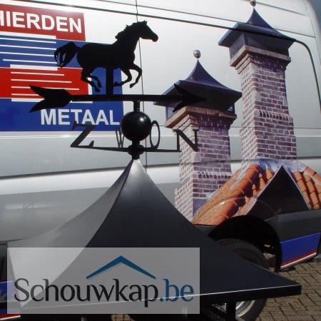 Getoogde schoorsteenkap met windwijzer paard