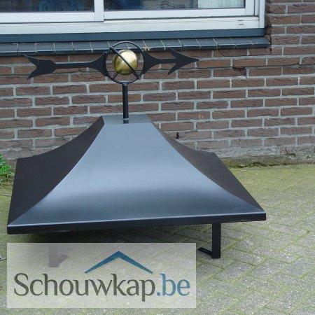 Schoorsteenkap zadeldak met windwijzer wereldbol