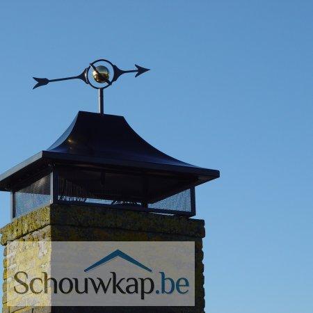 Een schoorsteenkap zadeldak met een windwijzer wereldbol